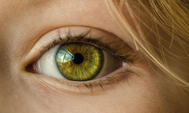 Things to consider when applying spray tan to the area around your eyes