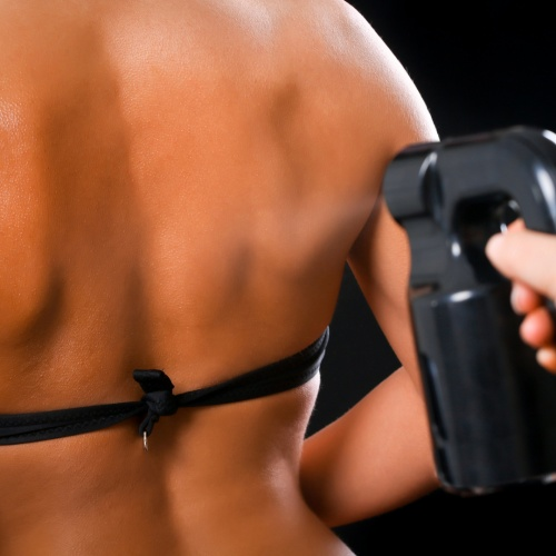 What should you wear when applying spray tan?